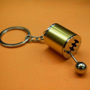 Privezak-za-kljuceve menjac poklon za ljubitelje automobila